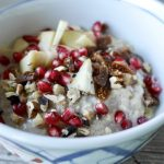 Birnen-Porridge mit Granatapfel, Feigen und Walnüssen