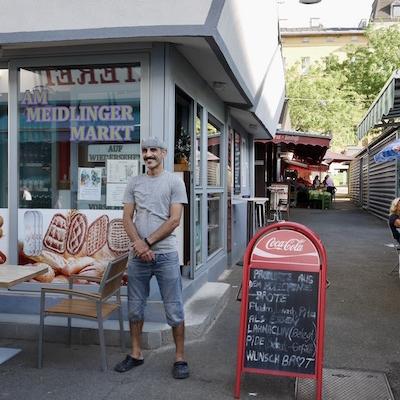 Furat vor seinem Fladenladen am angesagten Meidlinger Markt. Foto: Elisabeth Fischer