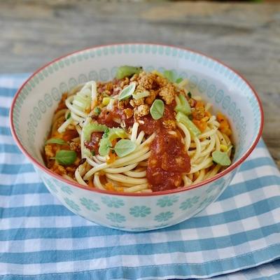 Spaghetti mit gebratenem Brösel-Tofu und Tomatensugo. Foto: Elisabeth Fischer